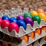 Der Osterhase hat viel zu tun und muss all die Eier verstecken.
