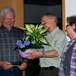 Uli Paul überreicht Kurt Schimura ein Blumengeschenk.