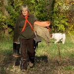 Elke kommt, bewaffnet mit Gummistiefeln will auch beim Einpflanzen helfen.