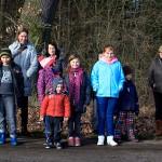 Ein Teil der Kinder und Eltern hat sich bereits am Waldrand versammelt.