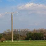 Die Stromführung, die über die Bahnlinie zum besagten Mast führt.