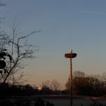 24.02.19 Kilianstädter Storchenmast bei aufgehender Sonne mit Mond am Himmel